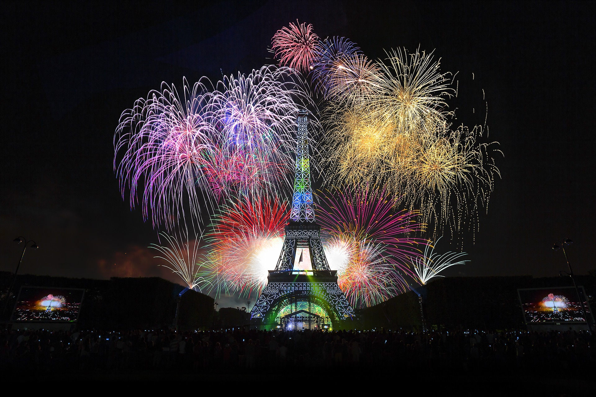 New-Year-Paris-Fireworks-2014-Wallpaper