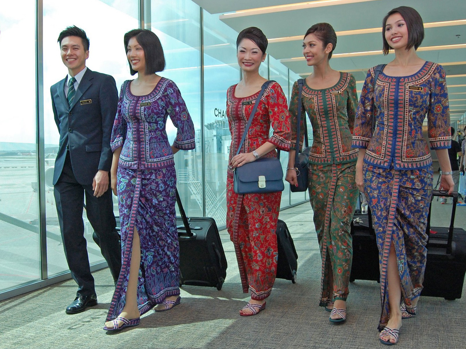 Singapore_Airlines_Crew_Uniform_Colours_3_Crop